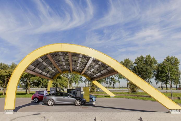 Een snellaadstation van Fastbed aan de A44 bij Oegstgeest.