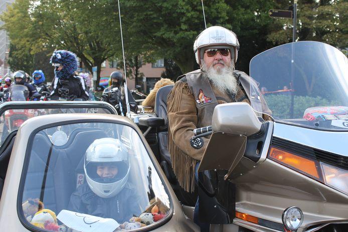 Danny (9) uit Winterswijk, die lijdt aan een spierziekte, genoot volop in de zijspan bij een stoere biker uit Stadskanaal.