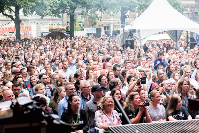 Het Grotekerkspleins stroomt geregeld vol voor de optredens.