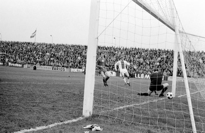 Piet Keizer (m) scoort in 1968 tegen MVV (2-2). Doelman Frans Körver is geklopt.