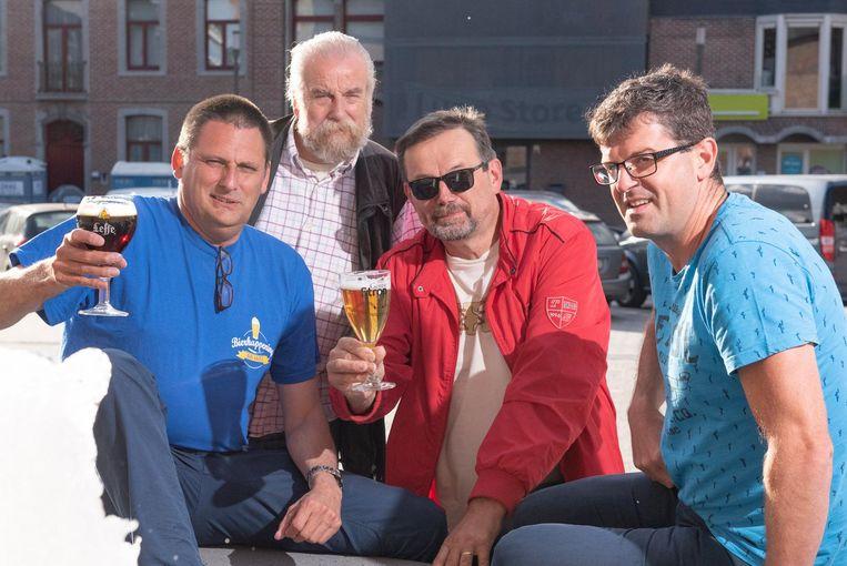 De organisatoren toosten al met een glas bier.