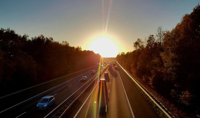 Op weg naar huis, na een heerlijke wandeling over de stille Strabrechtse Heide, kruist de inzender van de foto de lawaaierige A67 (lezersfoto).