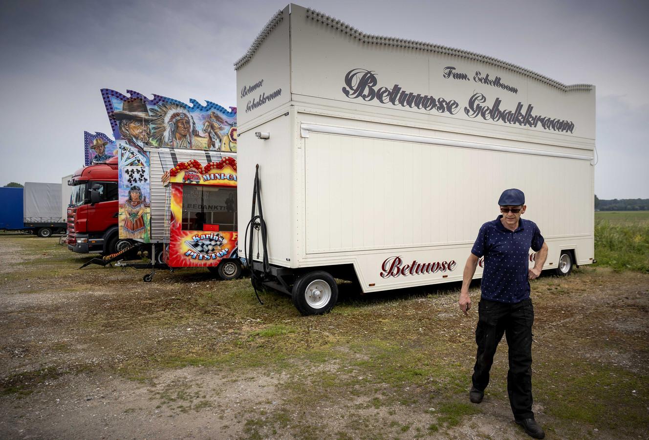 Jan Eckelboom op het terrein in Rumpt waar de kermisfamilie woont en waar ook alle attracties staan opgeslagen.
