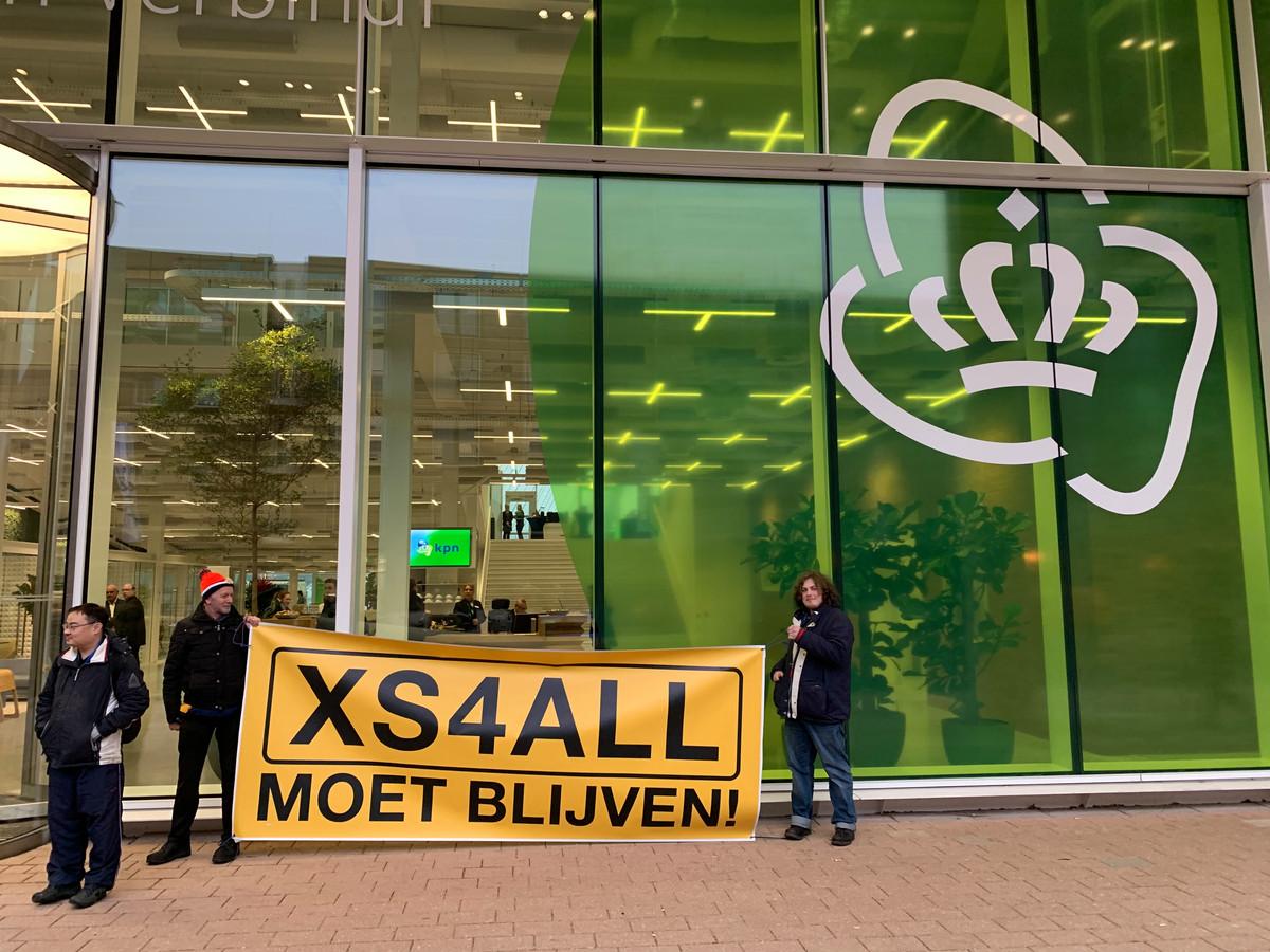 Leden van het actiecomité 'XS4All moet blijven' demonstreerden vanochtend voor de deur van KPN's hoofdkantoor.