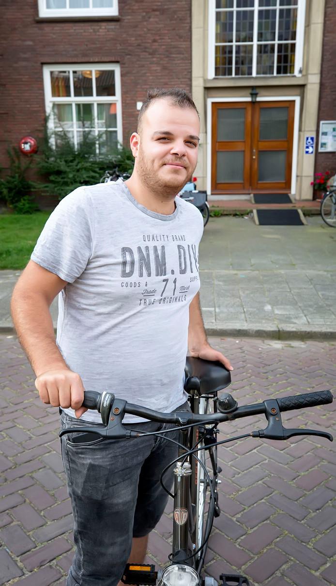 Ahmad Bayae is vrijwillig tolk en hij helpt nieuwe Nederlanders bij het leren fietsen.