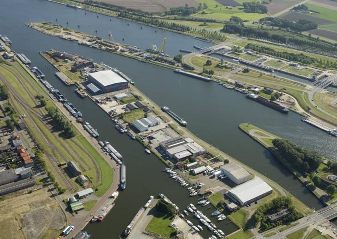 De bedrijven op de landtong - van het voormalige Marine Service bovenin tot Jachtwerf Vermeulen onderin - maken plaats voor de nieuwe sluis.
