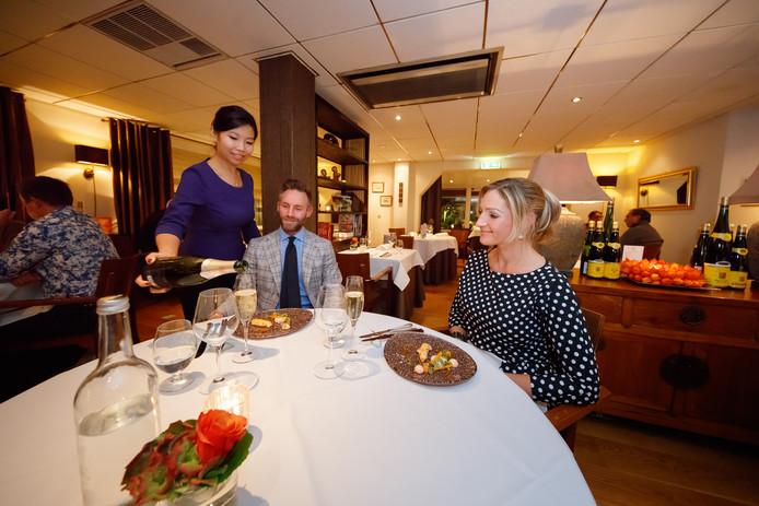 Monica Tsang van O&O schenkt wijn in.