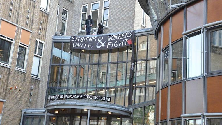 Een groep boze studenten heeft het Service- en Informatiecentrum aan de Binnengasthuisstraat bezet. Beeld Anne van de Pals