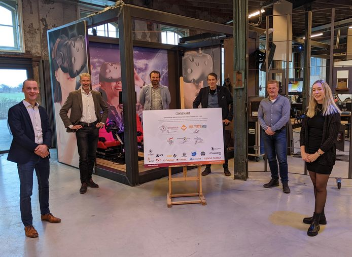 Maarten van Gils (HAN), Jan Kaak (SmartHub), Kees Nieuwenhuijse (Graafschap College), Hans Hutten (Innovatiehub), Bas Olde Hampsink (Saxion) en Marij Striekwold (projectmanager Innovatiehub en SmartHub Achterhoek).