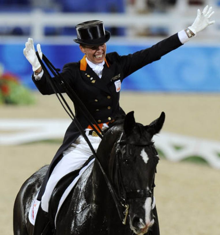 Anky van Grunsven heeft met Salinero opnieuw goud gewonnen op de Olympische Spelen dressuur. Het is de derde keer op rij dat Van Grunsven goud wint. (AFP) Beeld AFP