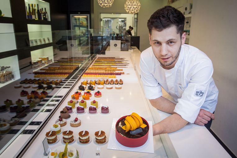 Joost Arijs met zijn EK-taart vorig jaar, in zijn Gentse zaak in de Vlaanderenstraat.