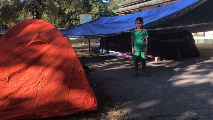Kinderen zijn hulpeloos en slapen noodgedwongen in tenten.