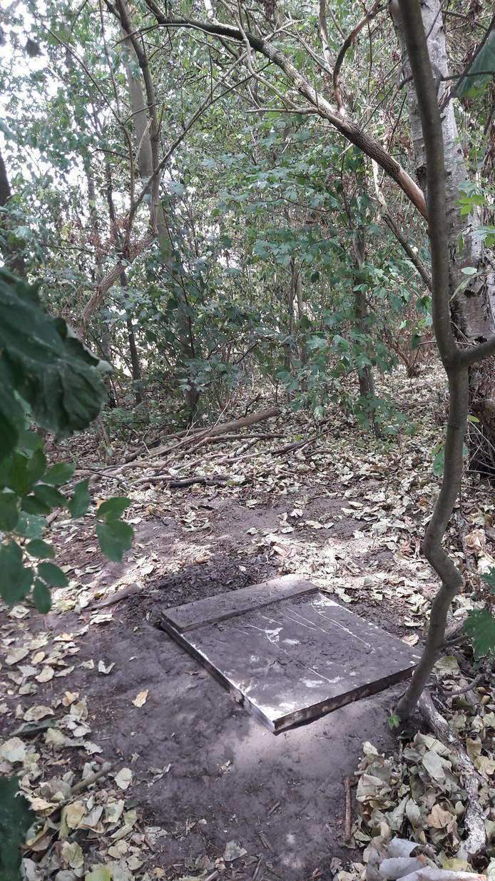 Het luik waaronder de kwekerij werd aangetroffen.