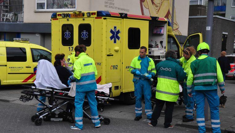 Een bewoner van verzorgingstehuis Het Lichtpunt wordt naar een ambulance gereden. Beeld ANP