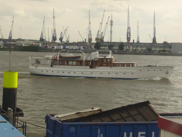 De Piet Hein is een van de 110 motorboten die naar Lelystad komen voor de viering van 100 jaar Koninklijke Nederlandsche Motorboot Club.