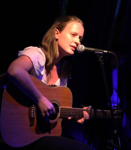 Singer-songwriter Rosann wint laatste voorronde talentenjacht Spectra