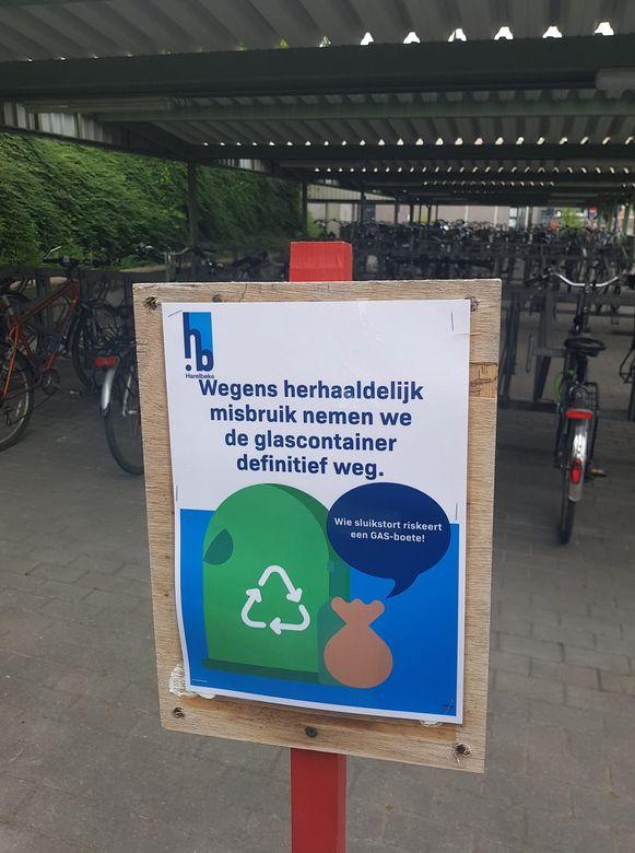 De glasbol en de kledingcontainer vlakbij het station van Harelbeke zijn weggehaald, omdat er te vaak zwerfvuil werd gedumpt.