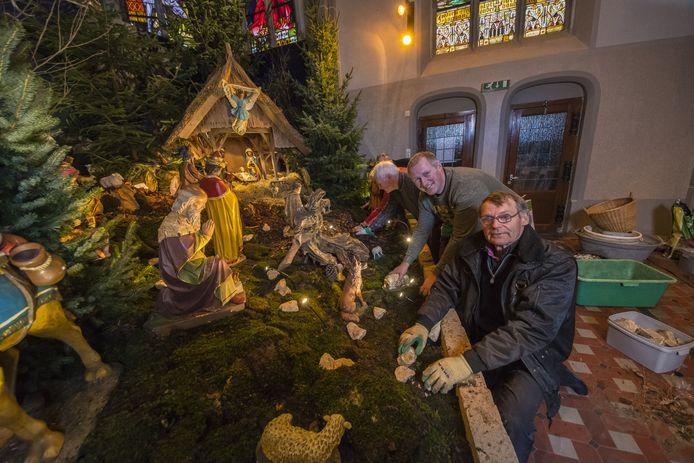 Kerststalgroep in de Blasiuskerk bouwt de kerststal op. Foto uit het archief, met vrijwilligers Wim Kuipers en Engelbert Workel.