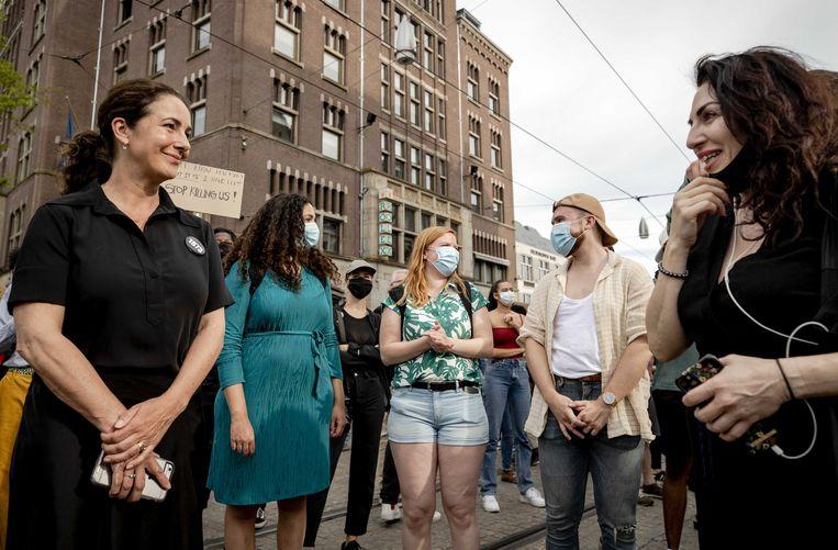 Burgemeester Femke Halsema in gesprek met demonstranten tijdens het protest op de Dam.  Beeld ANP