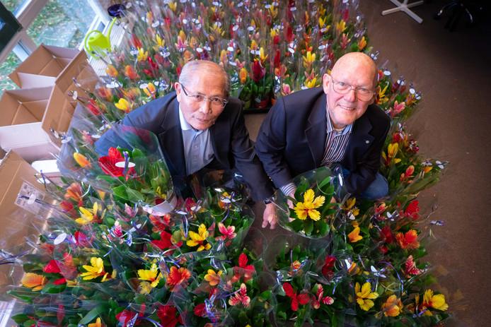 Otto Morbeck (Indisch) en Rob Nas tussen de fleurige planten. Donderdagmiddag werden ze door de wethouders Hofstede (Rheden) en Logeman (Rozendaal) in de bloemen gezet vanwege hun trouwe mantelzorg.