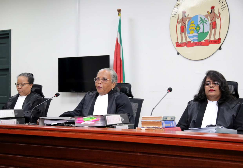 Rechters Suzanna Chu, Cynthia Valstein-Montnor en Rewita Chatterpal voor de uitspraak afgelopen vrijdag. Beeld REUTERS