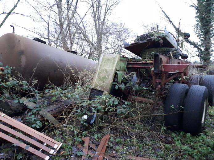 Afval op het erf van de Winterswijkse boer.