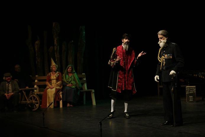 Duet in De Canon van (links) Johannes Goropius Becanus (Huub de Bruijn) en luitenant-kolonel Majoie (Roan Raymakers)