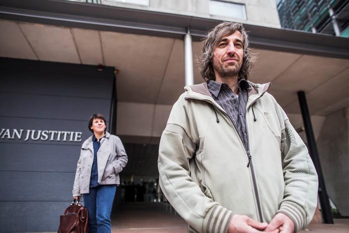 René Barendse bij de rechtbank in Den Haag, bijgestaan door zijn advocaat Barbalique Peters.