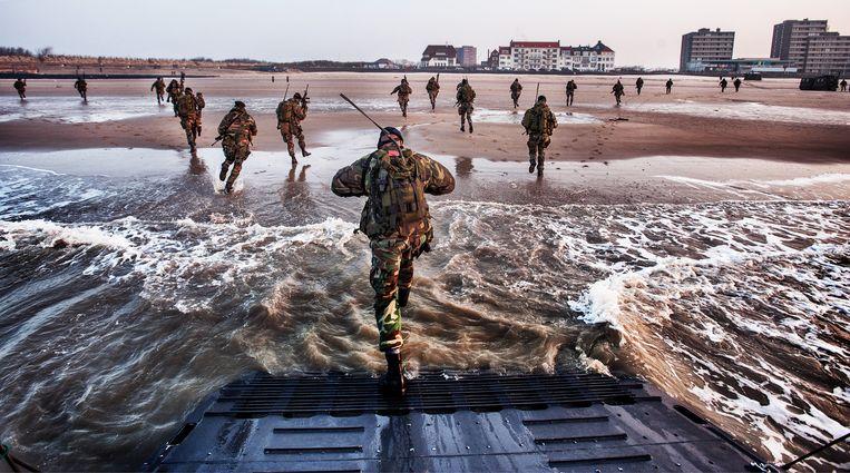 Mariniers oefenen in mei 2018 op het strand van Vlissingen, waar een nieuwe kazerne zou komen. Dat plan gaat niet door. Beeld Raymond Rutting / de Volkskrant