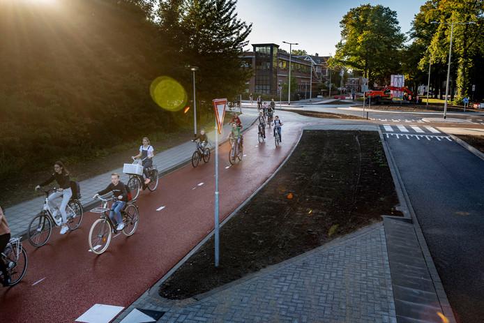 Brugklasleerlingen van scholengemeenschap 't Rijks oefenen op tweerichtings fietspad van het nieuwe knooppunt.