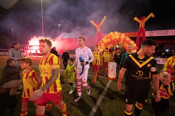 Volop sfeer bij aanvang van de wedstrijd tussen Go Ahead Kampen en DOS Kampen.