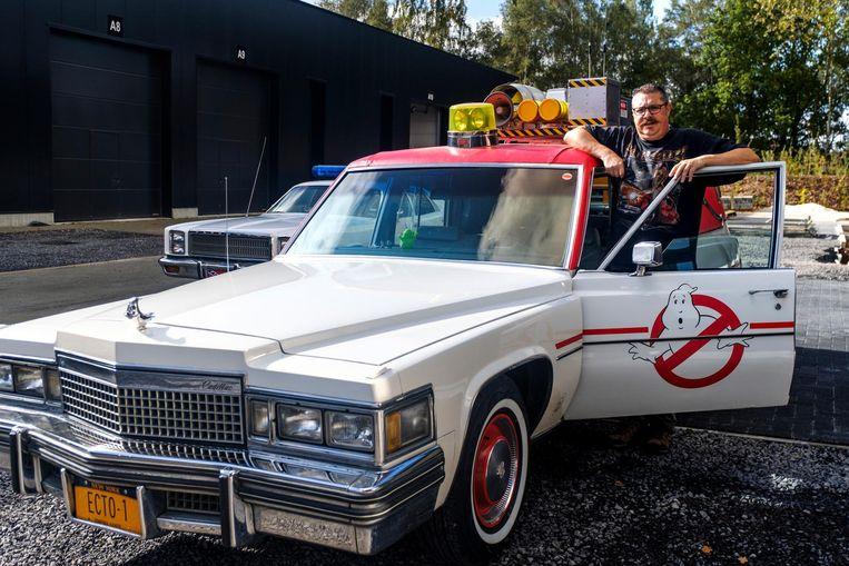 Chris Charlier bij de Ecto 1, de wagen uit Ghostbusters.