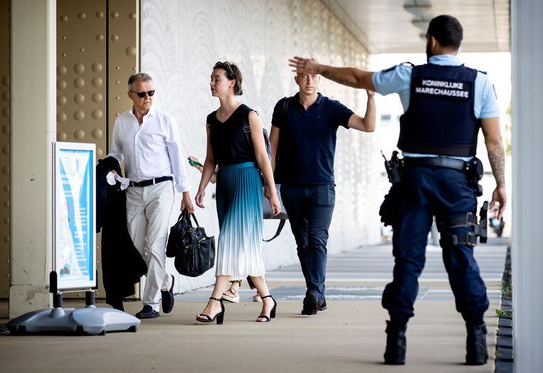 Advocaten Nico Meijering (l.) en Christian Flokstra (r.) arriveren bij de extra beveiligde rechtbank op Schiphol. Beeld Hollandse Hoogte /  ANP