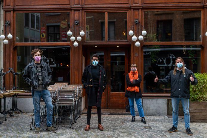 Cédric, Diego, Tessa, Hans aan jazzcafé De Muze.