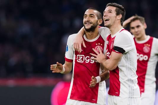 Hakim Ziyech (l), de enige Ajax-middenvelder die zeker lijkt van zijn plek