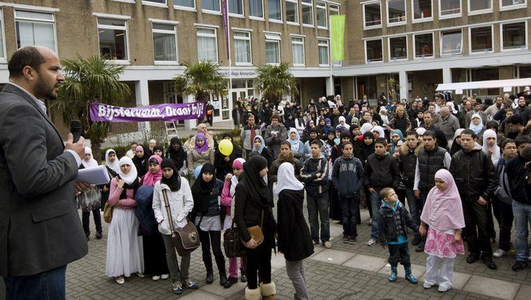 Gemeenteraadslid en voormalig stadsdeelvoorzitter Ahmed Marcouch (L) spreekt vrijdag op een manifestatie bij het Islamitisch College Amsterdam (ICA). Foto ANP Beeld
