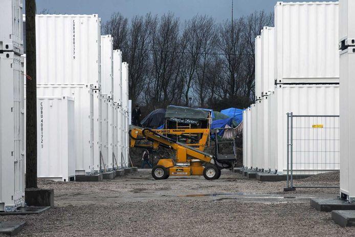 In het Franse Calais zijn de eerste containeraccommodaties in gebruik genomen voor migranten die daar in een vluchtelingenkamp verblijven.