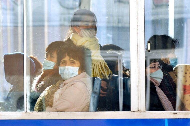 Mensen met maskers op in Pyongyang, Noord-Korea. Beeld AP