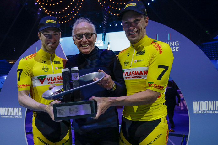 Yoeri Havik (l) en Wim Stroetinga (r) met hun zesdaagsetrofee. In het midden: oud-Tourwinnaar Joop Zoetemelk.