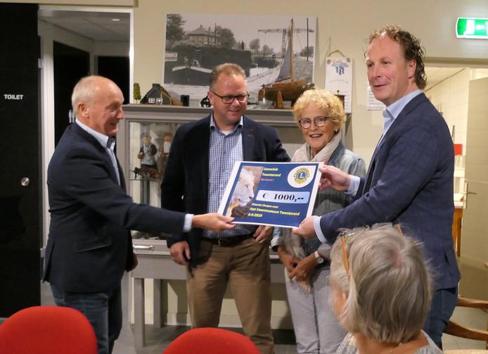 De Lionsclub Twenterand schenkt 1000 euro aan het Veenmuseum.