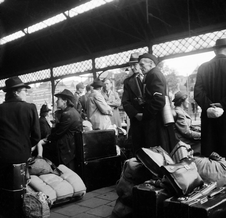 Duitse militairen en Nederlandse collaborateurs wachten op het Staatsspoor Station in Den Haag op een trein naar Duitsland, dinsdag 5 september 1944 Beeld Ary W.G. Koppejan, Nederlands Fotomuseum, HH