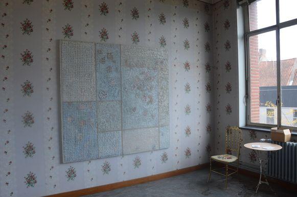 De Nederlandse kunstenaar Hillebrand van Kampen maakte verschillende rozenschilderijen die perfect matchen met het behangpapier in deze 'meisjeskamer'. De stoel en tafel maken het geheel af.