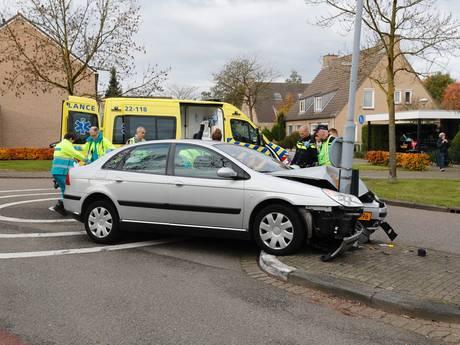 Bestuurder wordt onwel en raakt lantaarnpaal in Veldhoven; hulpdiensten reanimeerden man