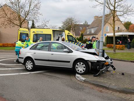 Bestuurder wordt onwel en raakt lantaarnpaal in Veldhoven; hulpdiensten reanimeerde man