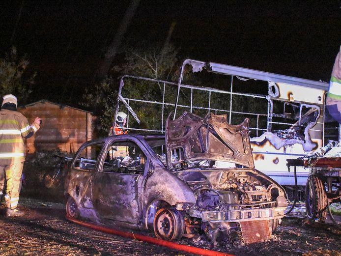 Camper en auto in vlammen op in Tull en 't Waal