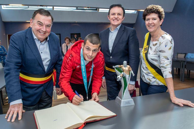 G-voetballer Bram Verbrugghe zette zijn handtekening in het huldenboek van Ardooie.