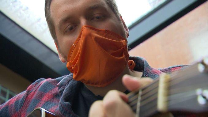 """Guus (25) heeft nog altijd last van corona: """"Draag alstublieft jullie mondmasker"""""""