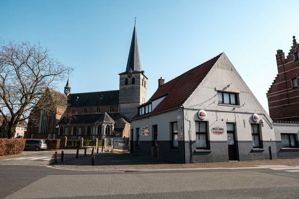 Zandhoven in lockdown vanwege de coronamaatregelen. Cafe Sport en de Sint-Amelbergakerk.