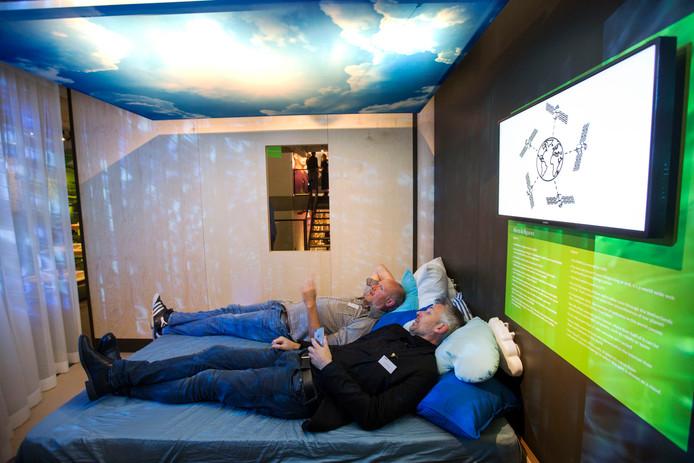 In het museum kun je op een bed liggen en vanuit die positie informatie krijgen over het ontstaan van het wereldwijde web.