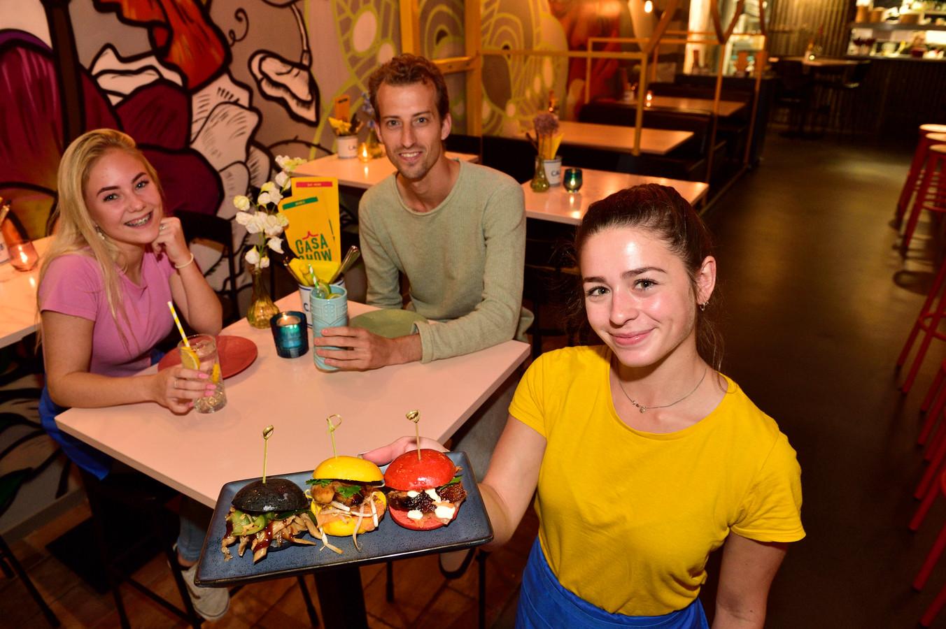 Casa Chow is gespecialiseerd in kleinere gerechten.Eigenaar Boele Sluyter met links Sophie Hoogendoorn .In de voorgrond Tess van Melick.